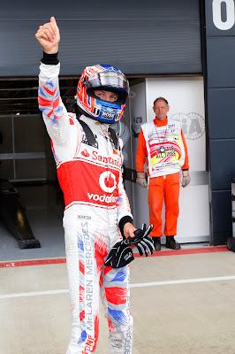 Дженсон Баттон во время квалификации в специально подготовленном для Гран-при Великобритании 2011 комбинезоне от Hugo Boss