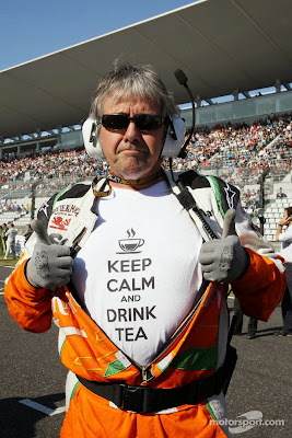 Нил Дики в футболке Keep Calm And Drink Tea на Гран-при Японии 2013