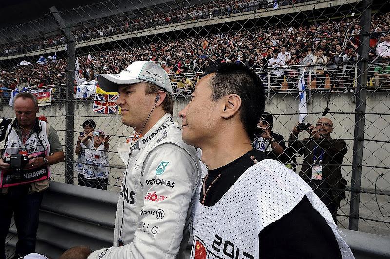 Нико Росберг и китайский маршал на Гран-при Китая 2012