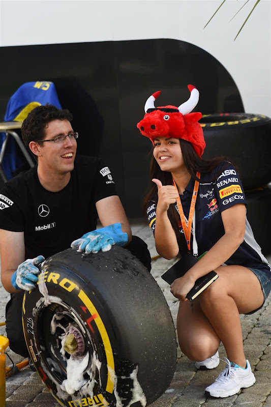 Pirelli и болельщица Red Bull на Гран-при России 2014