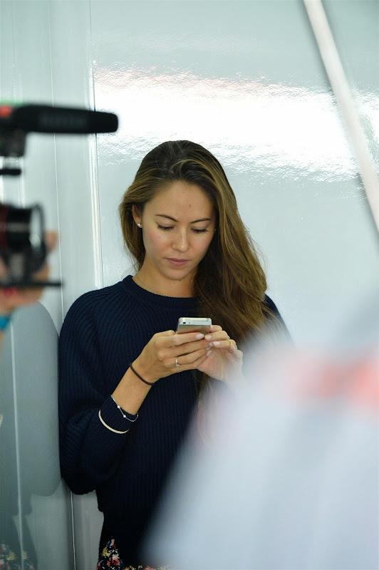 Джессика Мичибата смотрит в телефон на Гран-при Кореи 2013