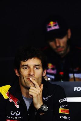 Марк Уэббер прижимает указательный палец ко рту во время пресс-конференция на Гран-при Венгрии 2011