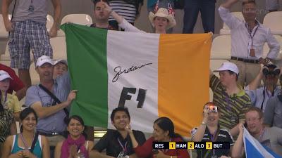 болельщики Эдди Джордана на трибунах Яс Марины с ирландским флагом на Гран-при Абу-Даби 2011