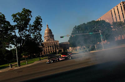 Red Bull Дэвида Култхарда на фоне Texas Capitol