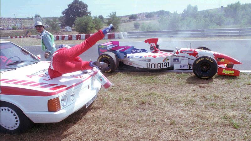 медицинская машина сбивает Таки Иноуэ на Гран-при Венгрии 1995