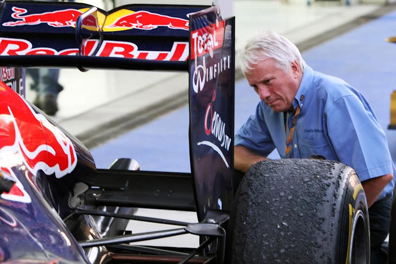 Чарли Уайтинг смотрит на Red Bull сзади на Гран-при Кореи 2011