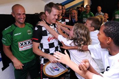 поклонники обнимают Себастьяна Феттеля на футбольном матче в дни уикэнда Гран-при Германии 2011