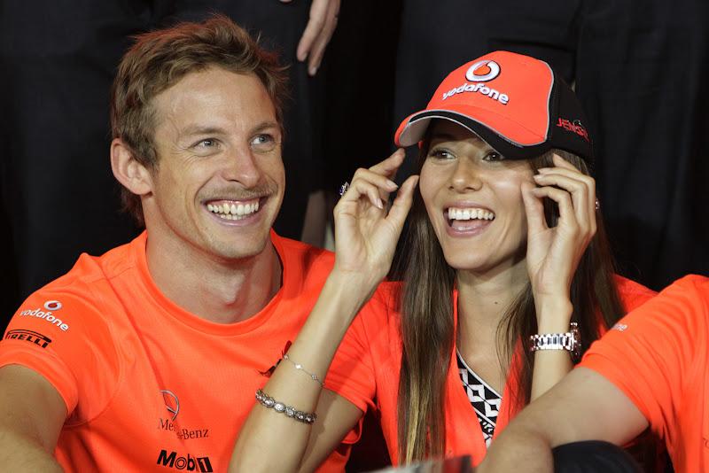 Дженсон Баттон и Джессика Мичибата в красных футболках после гонки на Гран-при Абу-Даби 2011