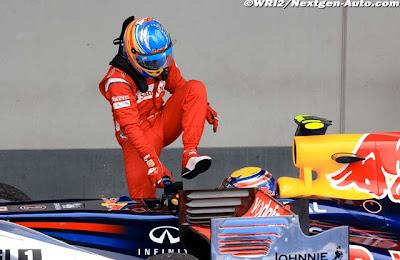 Фернандо Алонсо вылезает из болида Red Bull Марка Уэббера после финиша Гран-при Германии 2011