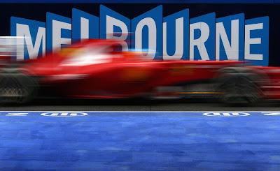 Фернандо Алонсо на болиде Ferrari проезжает мимо надписи Melbourne на Гран-при Австралии 2012