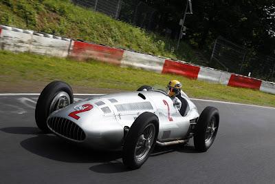 Льюис Хэмилтон на болиде Mercedes W154 на Нордшляйфе перед Гран-при Германии 2013