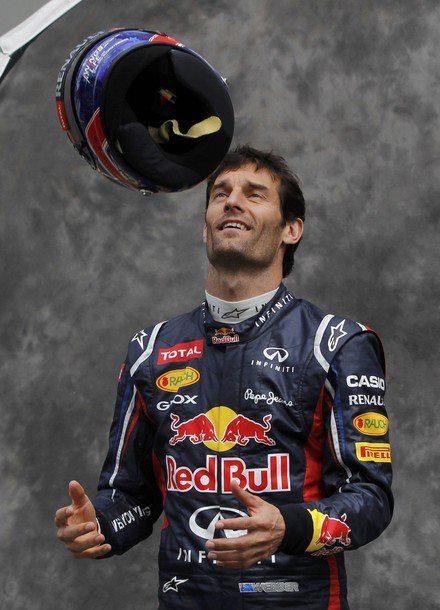 Марк Уэббер подбрасывает шлем на фотосессии пилотов на Гран-при Австралии 2012