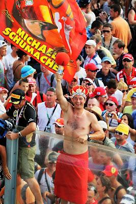 болельщик Ferrari в шапочке и с полотенцем на Гран-при Венгрии 2012