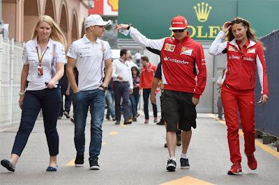 Кими Райкконен и Вальтери Боттас со своими пресс-атташе гуляют по паддоку Гран-при Монако 2014