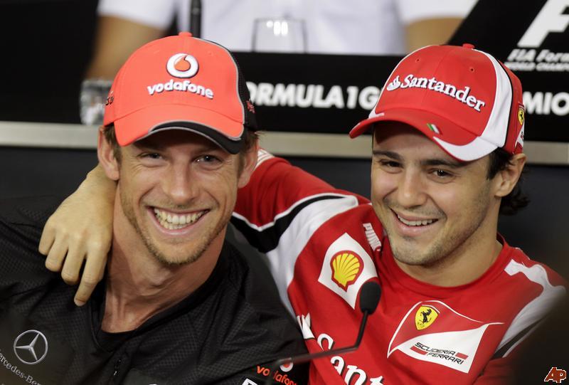 Дженсон Баттон и Фелипе Масса обнимаются на пресс-конференции в четверг на Гран-при Бразилии 2011