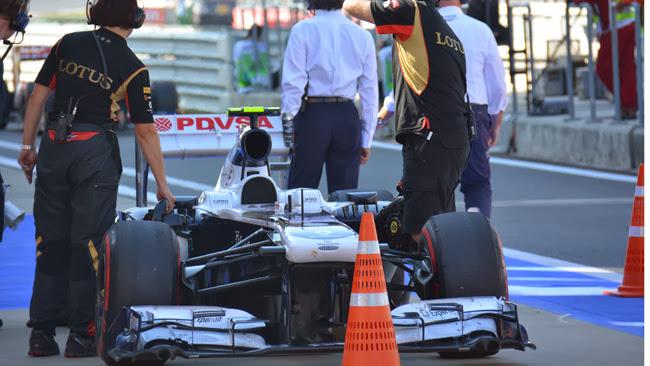 механики Lotus охлаждают болид Williams на Гран-при Кореи 2013