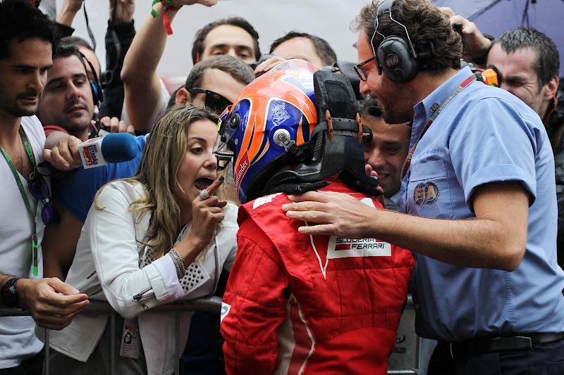 Рафаэла Масса поздравляет Фелипе Массу с подиумом на Гран-при Бразилии 2012
