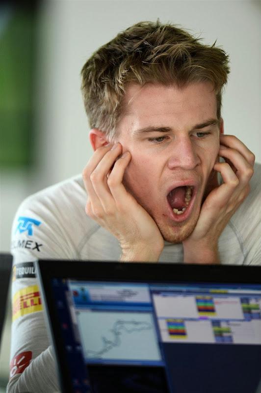 зевающий Нико Хюлькенберг на Гран-при Японии 2013