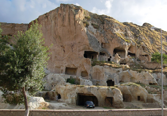 Турция: Гореме, гараж в скале