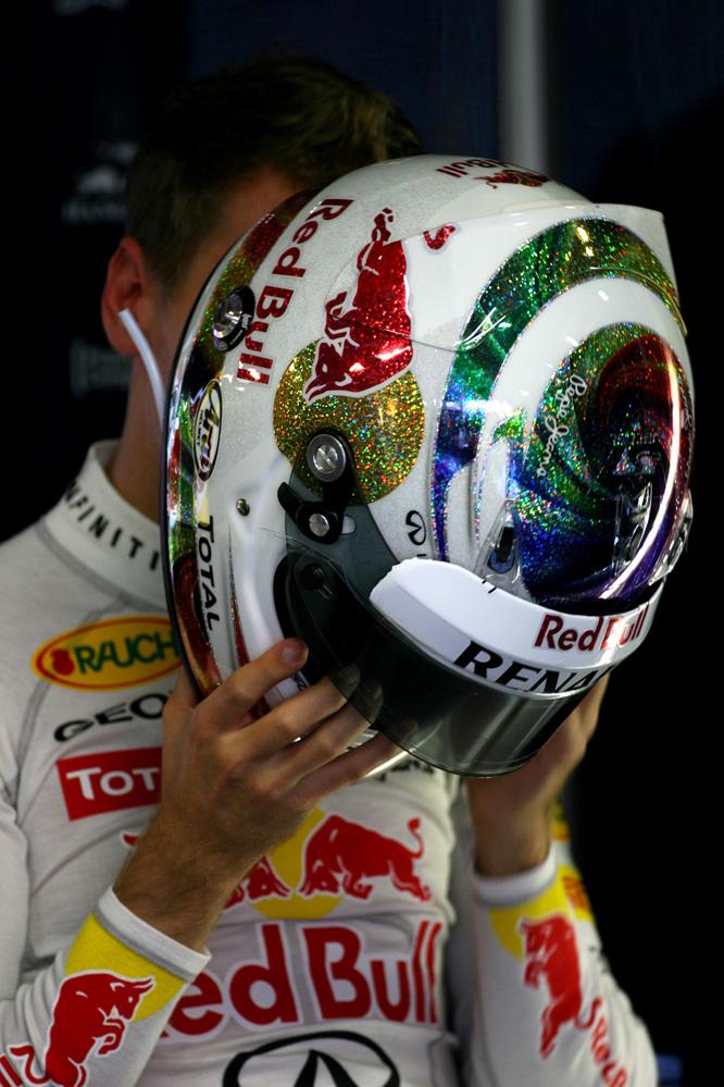 Себастьян Феттель со шлемом поверх лица на Гран-при Сингапура 2011