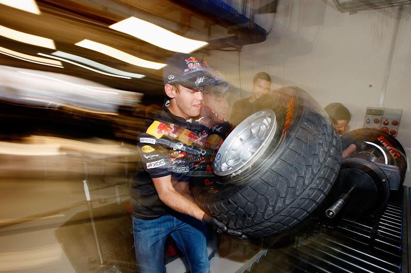 Себастьян Феттель и Пол Хембри на состязании Pirelli на Гран-при Индии 2011