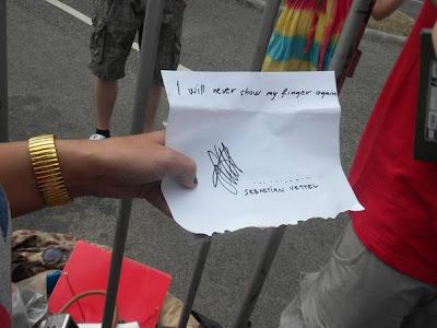 Себастьян Феттель подписался больше никогда не показывать палец - автограф болельщицы на Гран-при Венгрии 2013