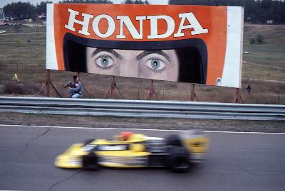 Жан Пьер Жабуй на Renault проезжает мимо баннера Honda в Уоткинс-Глене на Гран-при США 1977