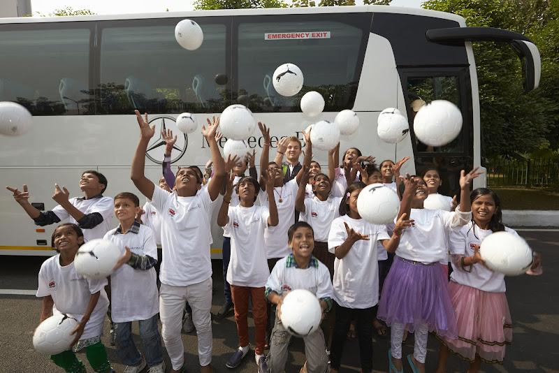 Нико Росберг развлекает детей на Гран-при Индии 2013