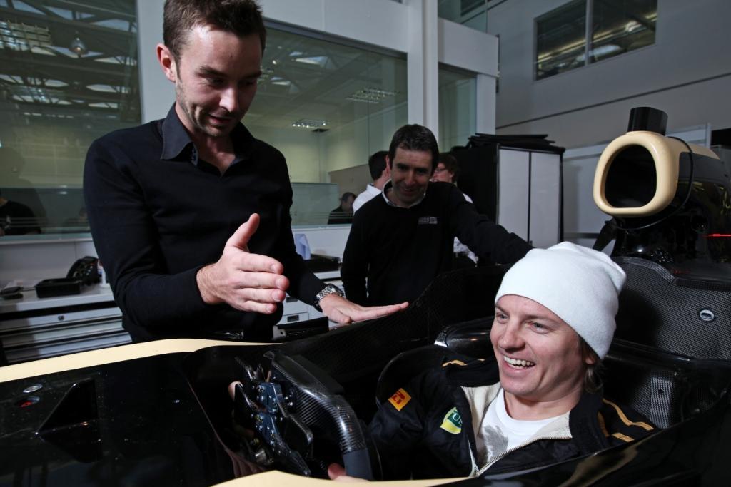 улыбающийся Кими Райкконен проводит процедуру подгонки сиденья в Энстоуне 27 января 2011