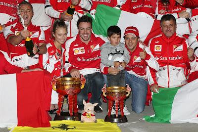 Даша Капустина, Фернандо Алонсо, Фелипиньо и Фелипе Масса с механиками Ferrari празднуют победу на Гран-при Китая 2013