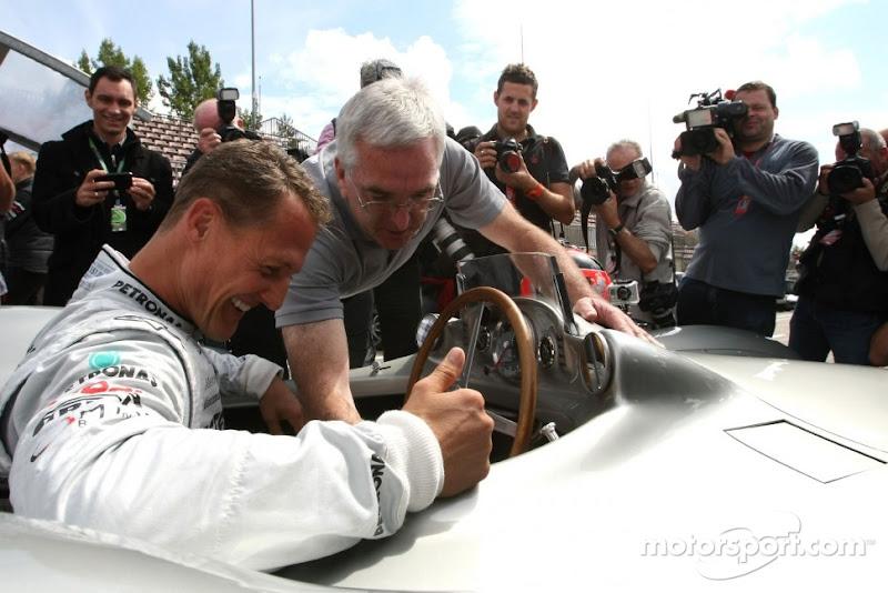 Михаэль Шумахер знакомится с Mercedes W196s 1955 года в Нюрбургринге на Гран-при Германии 2011