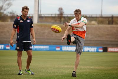 Нико Хюлькенберг в компании с Western Bulldogs играют в Австралийский футбол перед Гран-при Австралии 2014