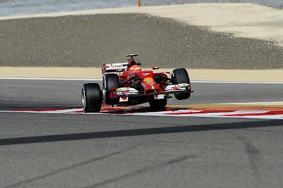 Кими Райкконен на гарцующем жеребце во время свободных заездов на Гран-при Бахрейна 2014