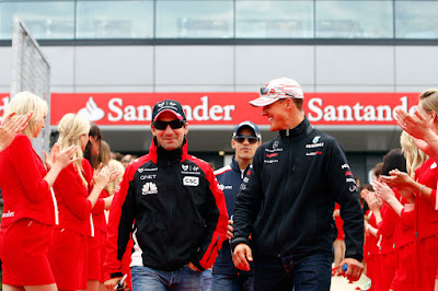 Тимо Глок и Михаэль Шумахер на параде пилотов Сильверстоуна на Гран-при Великобритании 2011