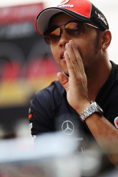 Льюис Хэмилтон на параде пилотов Гран-при Индии 2011