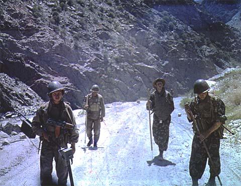 Afganistan, sowieccy saperzy rozpoznają drogę