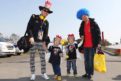 болельщики Red Bull с детьми с масками бычков на Гран-при Кореи 2011