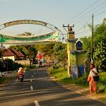 Charakterystyczny element krajobrazu Indonezji: bramy wjazdowe do miast i miasteczek.