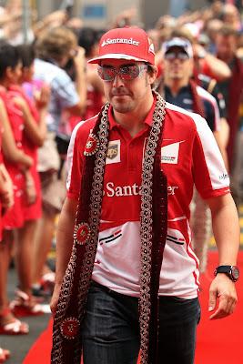 Фернандо Алонсо в традиционном шарфе на параде пилотов Гран-при Индии 2013