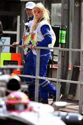 очаровательная пит-лэйн маршал и болид Баттона McLaren в Спа на Гран-при Бельгии 2014