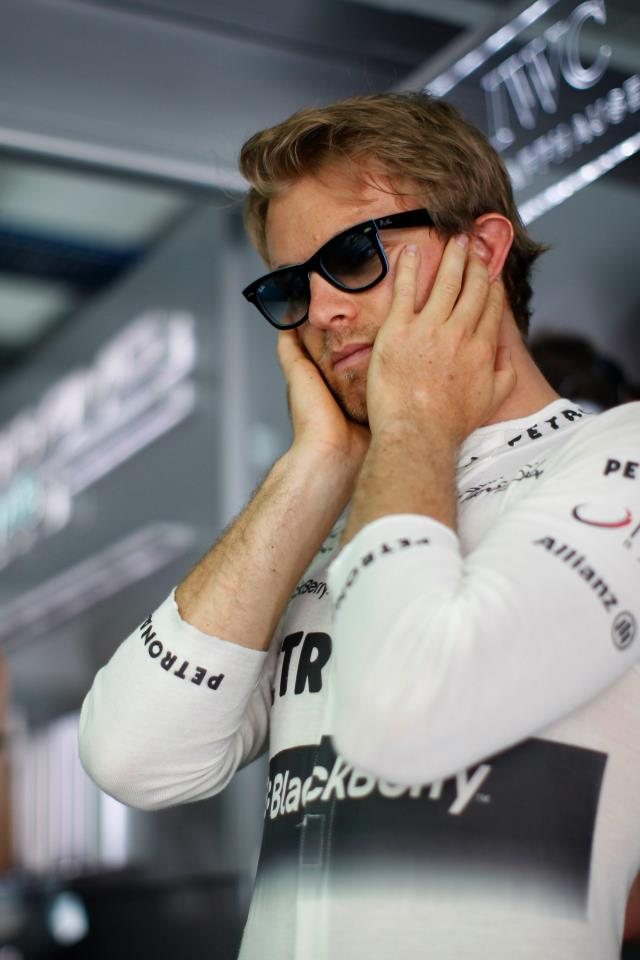 Нико Росберг закрывает уши на Гран-при Бахрейна 2013
