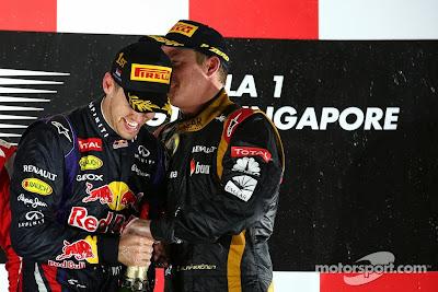 Себастьян Феттель и Кими Райкконен с шампанским на подиуме Гран-при Сингапура 2013
