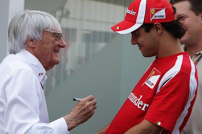 Берни Экклстоун собирается расписаться на футболке Фелипе Массы на Гран-при Сингапура 2011