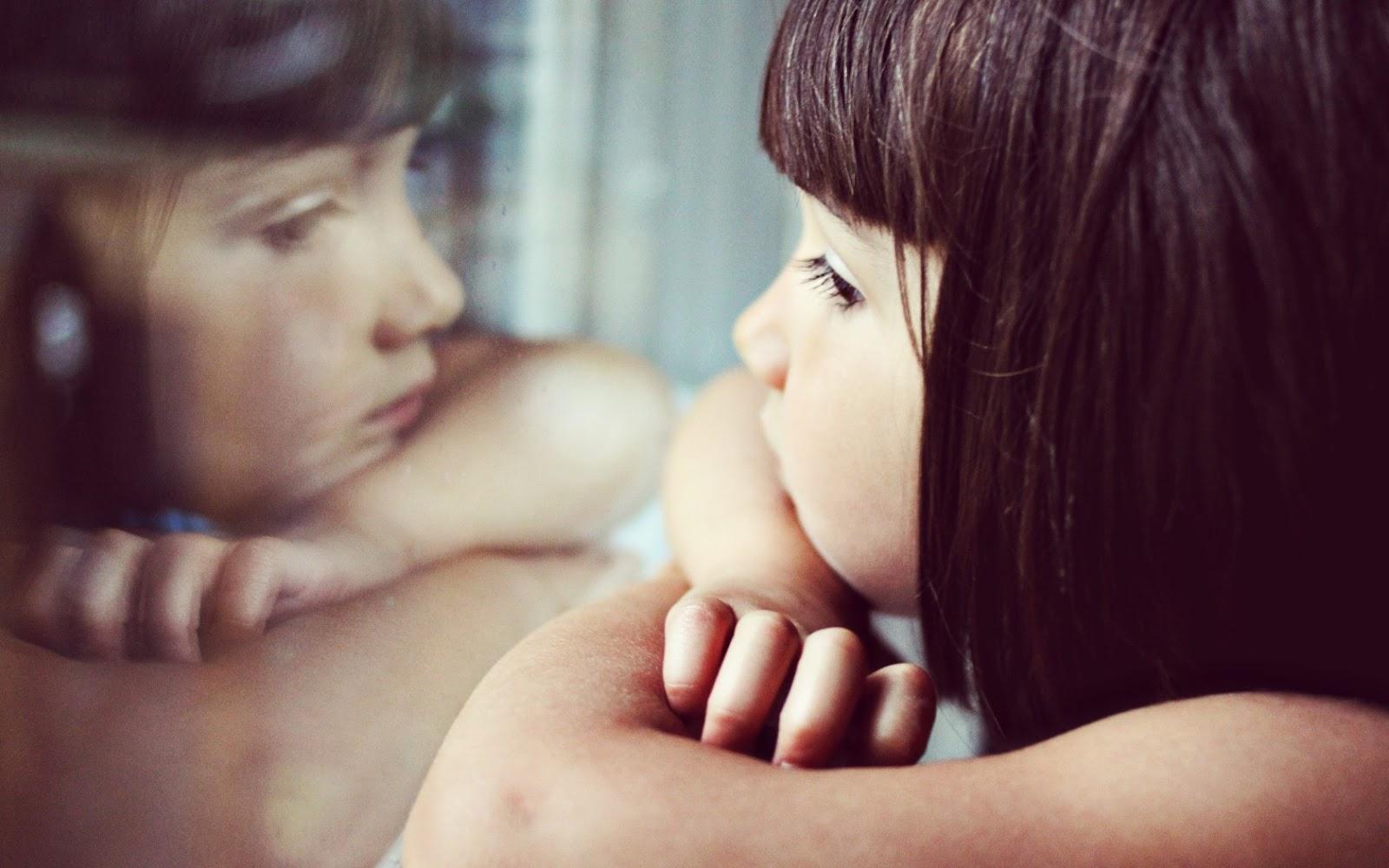 Ảnh cô gái vừa nghe nhạc vừa nhớ người yêu