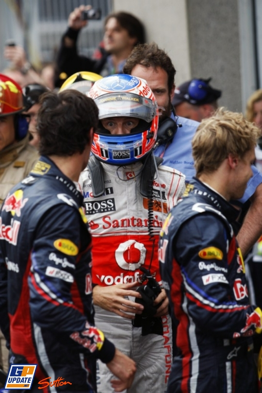 Дженсон Баттон после победы смотрит на Марка Уэббера на Гран-при Канады 2011