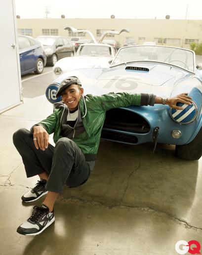 фотосессия Льюиса Хэмилтона с голубой машиной для журнала GQ Magazine за январь 2012