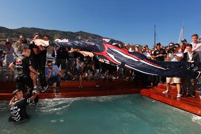 Себастьян Феттель прыгает в бассейн Red Bull после победы на Гран-при Монако 2011