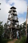 Drewniana wieża widokowa.