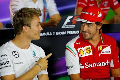 Нико Росберг показывает палец Фернандо Алонсо на пресс-конференции в четверг на Гран-при Италии 2014