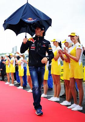 проблемы с зонтиком у Марка Уэббера на параде пилотов Гран-при Венгрии 2011